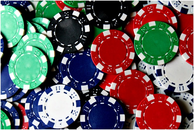 What are the mechanics in playing the baccarat?